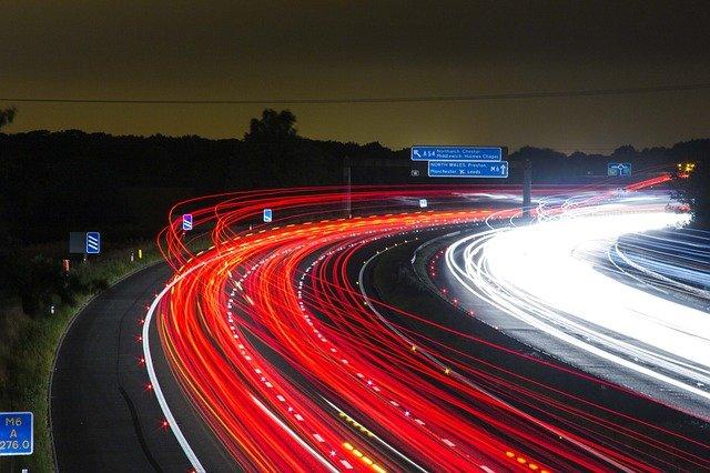 carretera con tráfico de vehículos